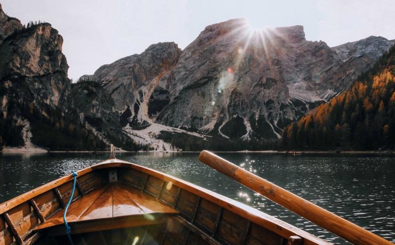 Лодка, горное озеро