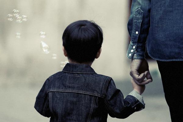Ребенок и родитель держатся за руки