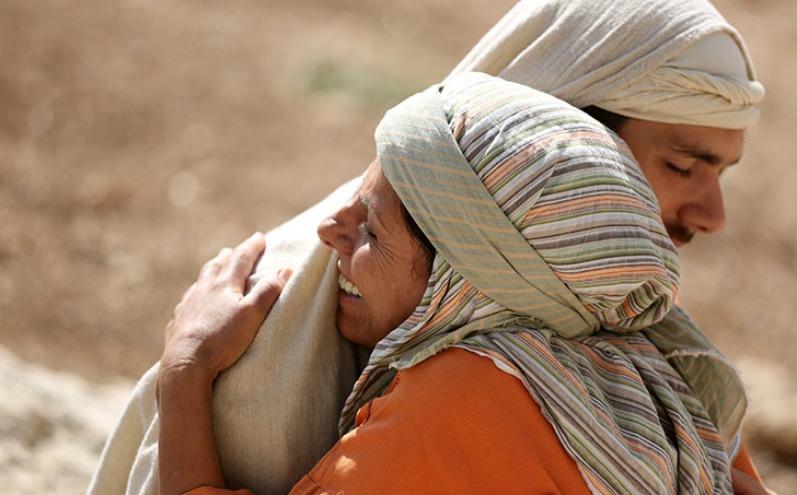 Иисус обнимает исцеленную Им женщину