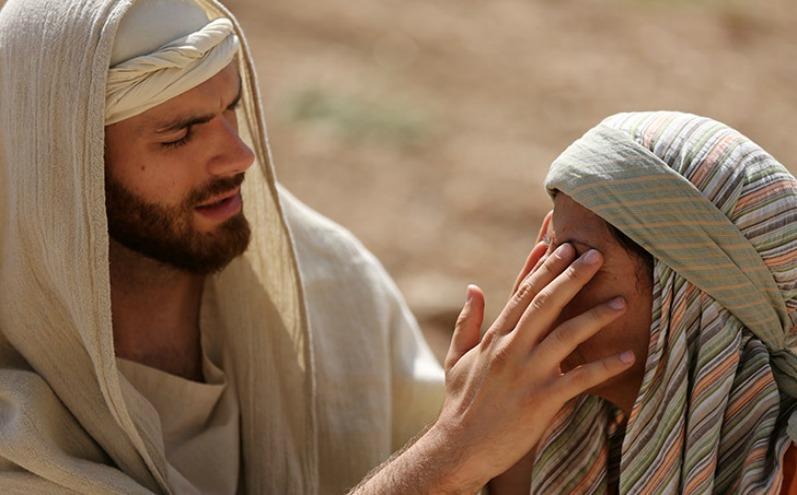 Иисус прикасается к глазам слепой женщины