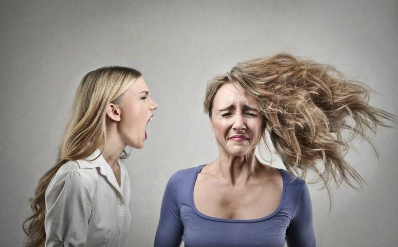 Девушка-собеседник кричит в ухо другой женщины