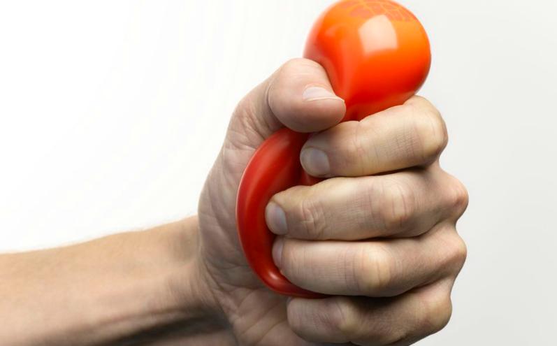 Сжатый в руке мячик для снятия стресса
