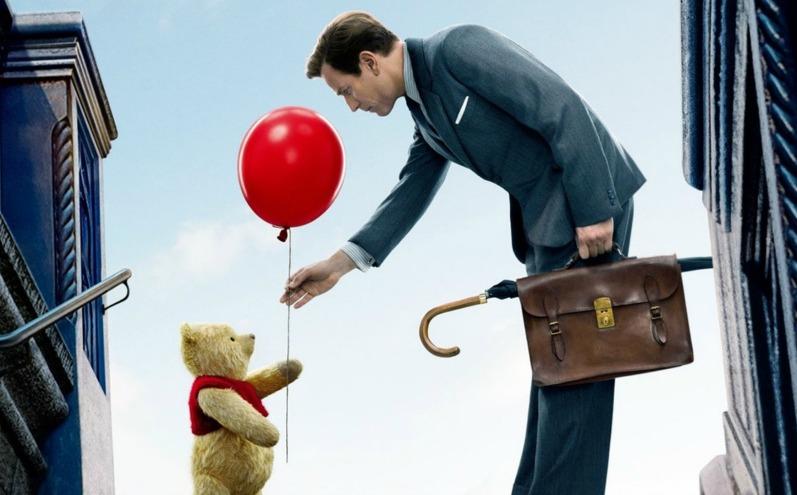 Кристофер Робин и Винни Пух с красным шариком, сцена из фильма