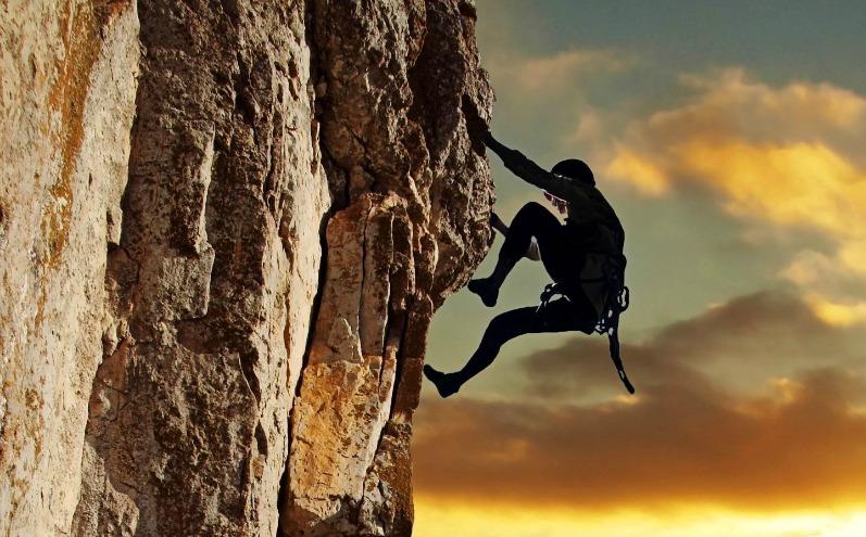 Скалолаз поднимается на скалу