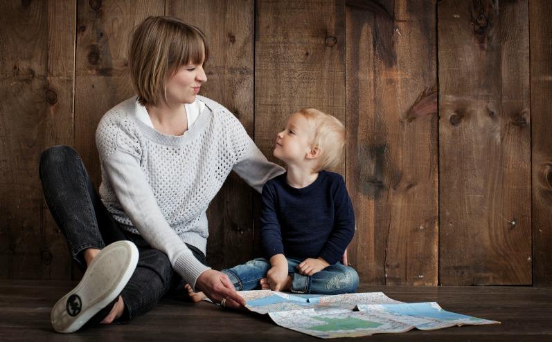 Мама и маленький сын смотрят друг на друга